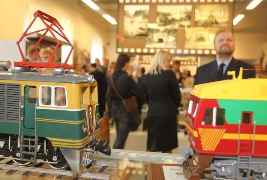 Vilniaus geležinkelio stoties keleivių rūmuose eksponuojami ir seni lagaminai, ir įrankių dėžės, ir traukiniai.