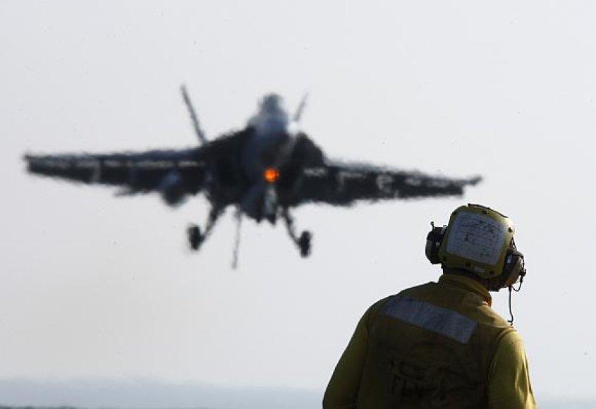 Karinių jūrų pajėgų naikintuvas F/A-18 nepasiekė tikslo ir nukrito ant gyvenamųjų namų kvartalo.