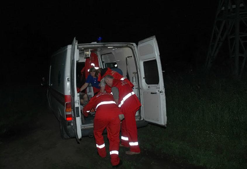 Nukentėjęs paauglys išvežamas į ligoninę