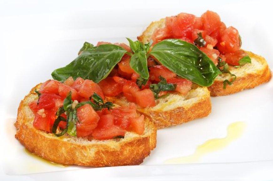 Kepinta duona ir švieži pomidorai – tobulas, skrandžio neapsunkinantis užkandis.