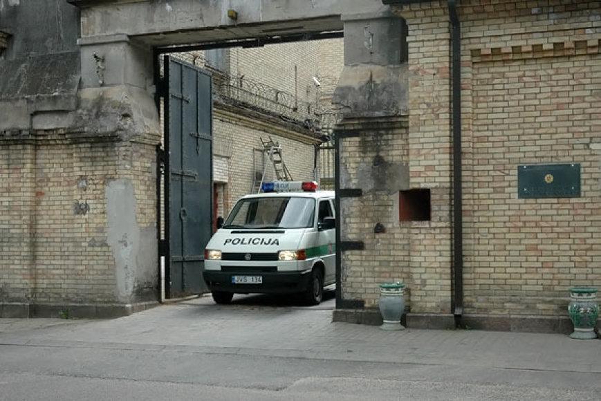 Policijos automobilis išvažiuoja iš Lukiškių kalėjimo