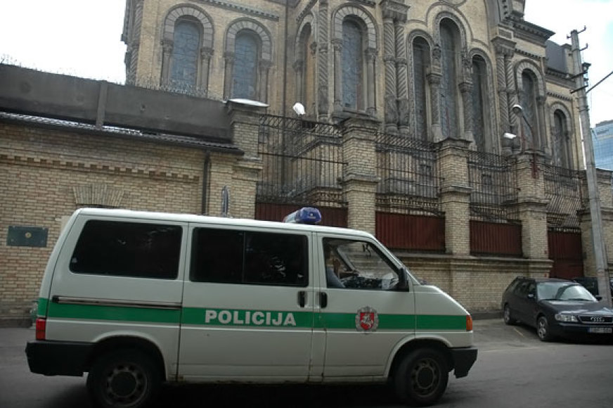 Policijos automobilis važiuoja pro Lukiškių kalėjimą