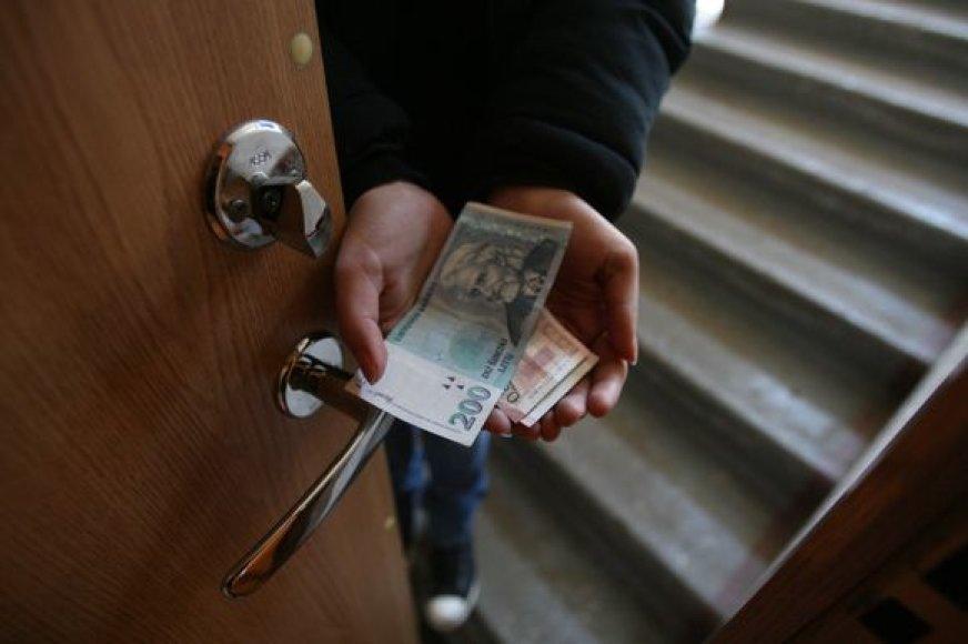 Pareigūnai perspėja netikėti kiekvienu pinigų prašančiu nepažįstamuoju.