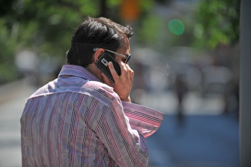 Žmogus šneka mobiliuoju telefonu