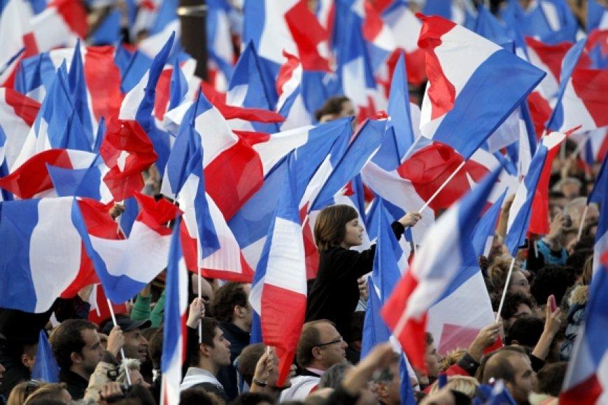 Prancūzai mojuoja savo šalies vėliavėlėmis