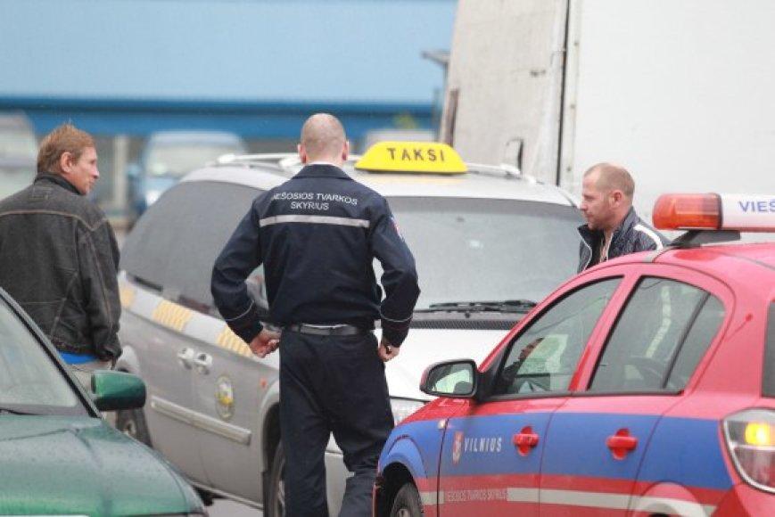 Tikrindami taksistus savivaldybės darbuotojai aptiko kone dešimt kartų didesnius tarifus, negu turėtų būti taikomi.