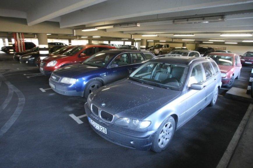 Atpiginus automobilių stovėjimą Tilto gatvės daugiaaukštėje aikštelėje, kur nuo praėjusių metų lapkričio 1 dienos valanda kainuoja 2 Lt, automobilių padaugėjo 10-30 proc.