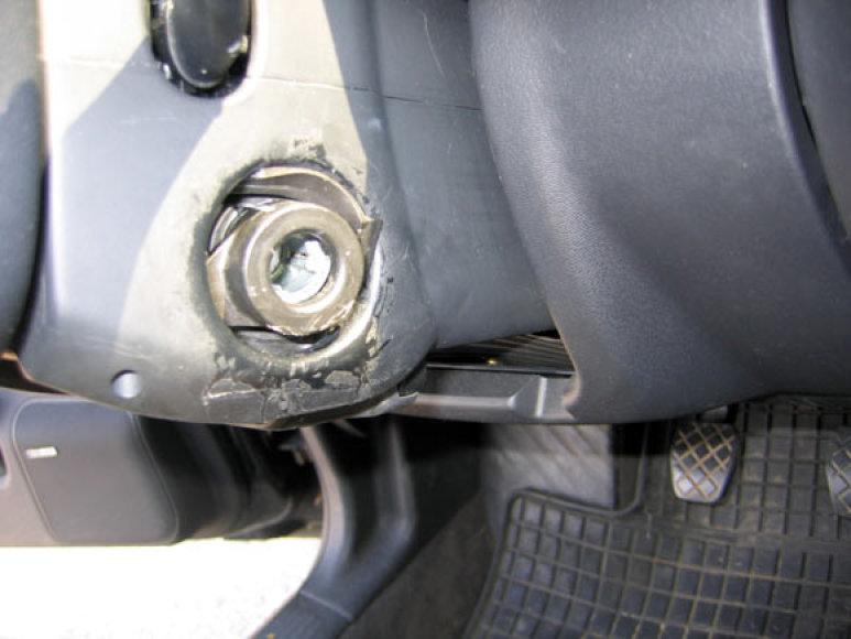 Išlaužta automobilio užvedimo spynelė