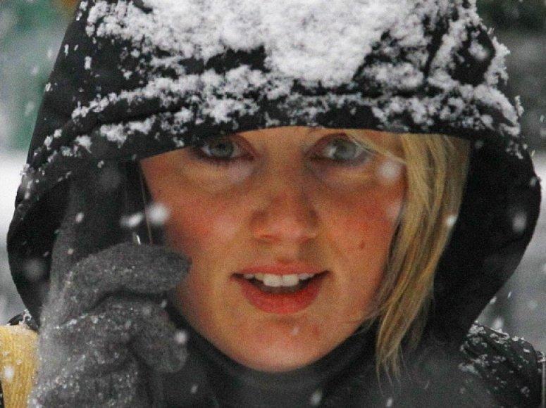 Mergina šneka telefonu žiemą