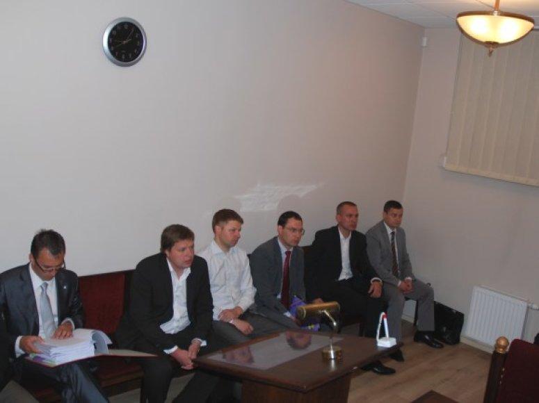 Kaltinamųjų šešetas teisiamųjų suole (iš kairės): R.Pogorelovas, A.Grigalauskas, R.Macas, P.Čiapas, M.Romanovskis, A.Urbonas.