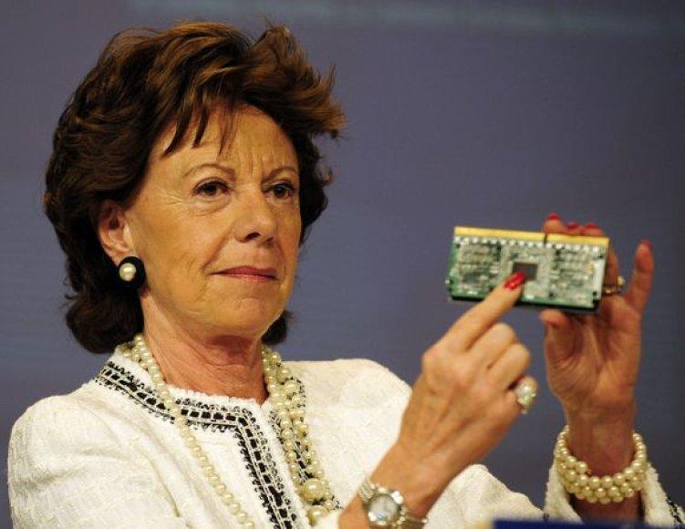 "ES konkurencijos komisarės Neelie Kroes rankose – ""Intel"" mikroschema."