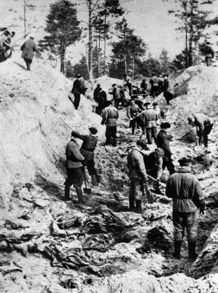 Katynės aukų ekshumacija, kurią 1943-iaisiais atliko vokiečiai.