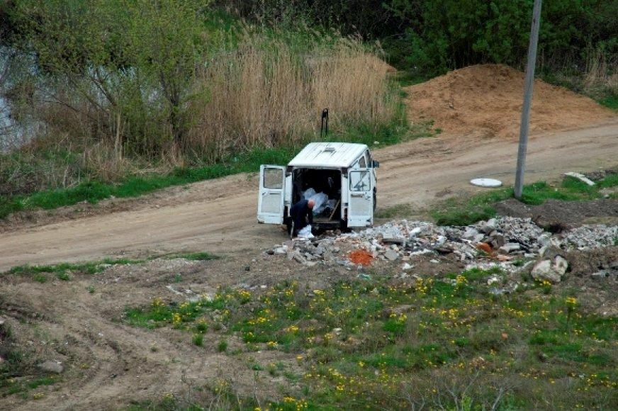 Statybinės atliekos buvo verčiamos tiesiog į pievelę, šalia Danės upės