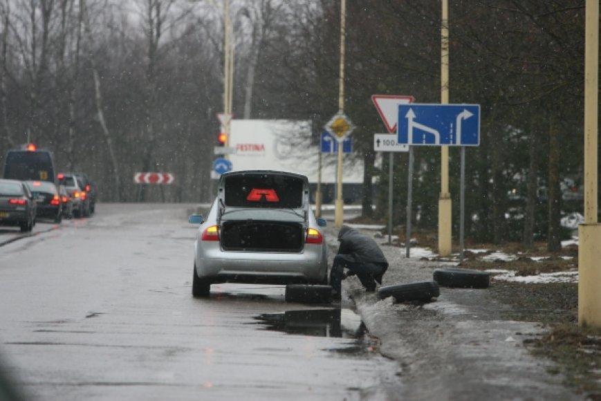 Į duobę įvažiavę ir automobilį apgadinę vairuotojai, apsidraudę kasko draudimu, gali kreiptis į draudimo bendrovę dėl žalos atlyginimo.