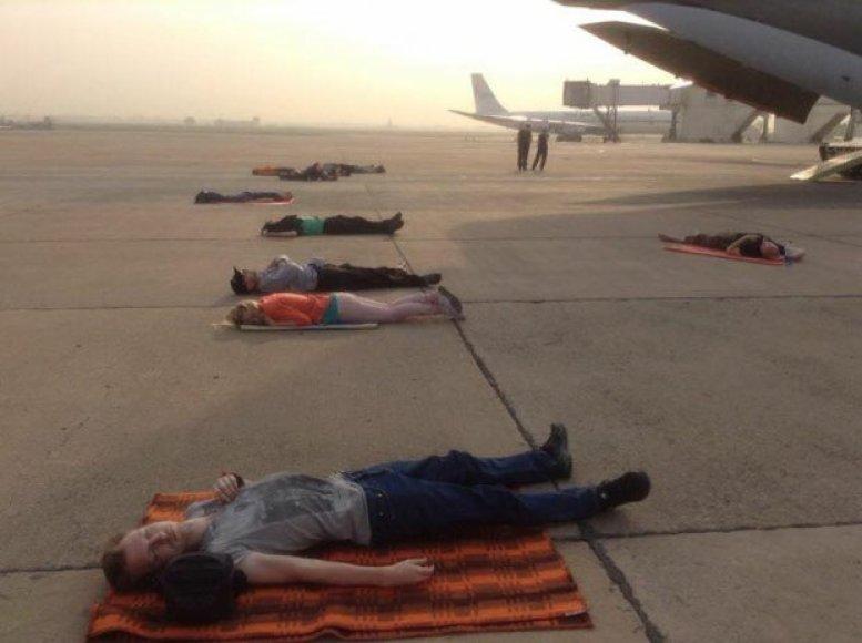 Keleiviai miega Baku oro uoste