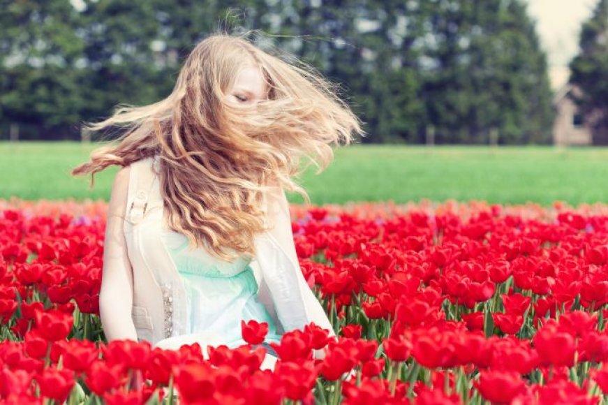 Moteris tulpių lauke