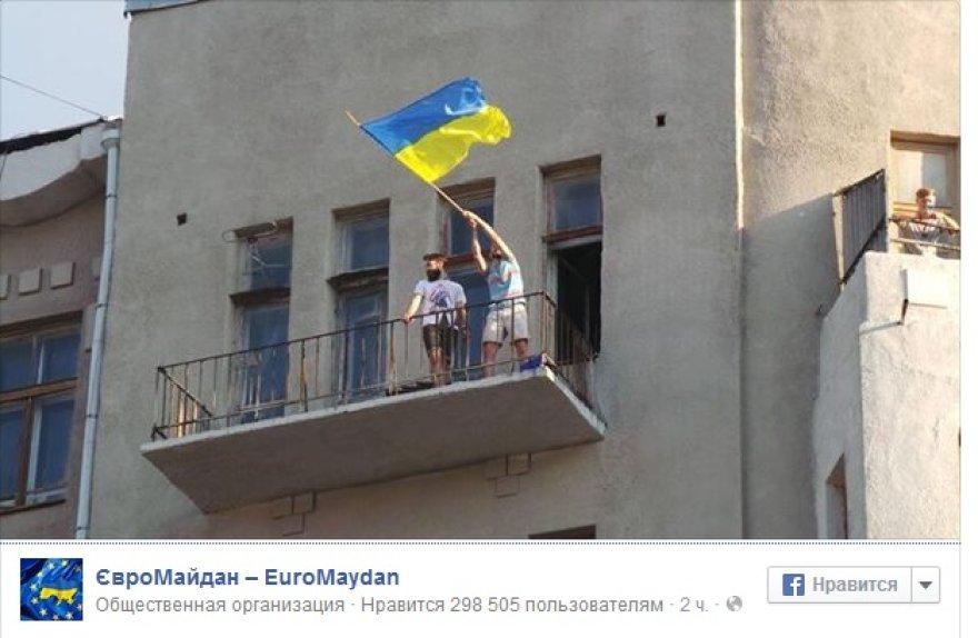 Slovjansko gyventojai ukrainiečių karius pasitiko su vėliavomis rankose.