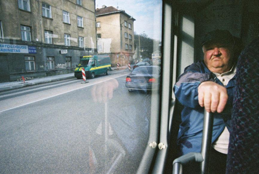 """Parodoje galima išvysti įvairių Kauno """"veidų"""", kuriuos fotografas užfiksavo pro autobuso langą."""