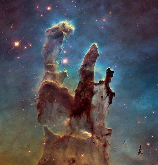 Hubbe telekopu padaryta kosminių dujų ir dulkių stulpų nuotrauka Pillars of Creation
