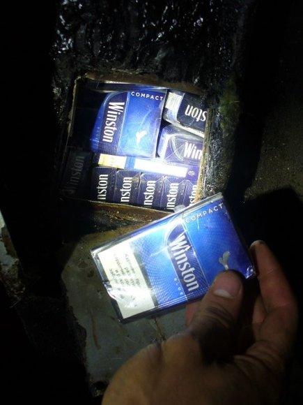 Iš Latvijos grįžusio automobilio slenksčiuose pasieniečiai rado cigarečių.