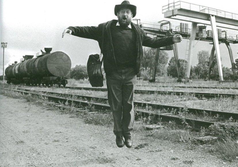 """Rašytojas Jurgis Kunčinas Alytuje, 1993. Iš ciklo """"Įkvėpimo žemė"""" (1983–1993)."""