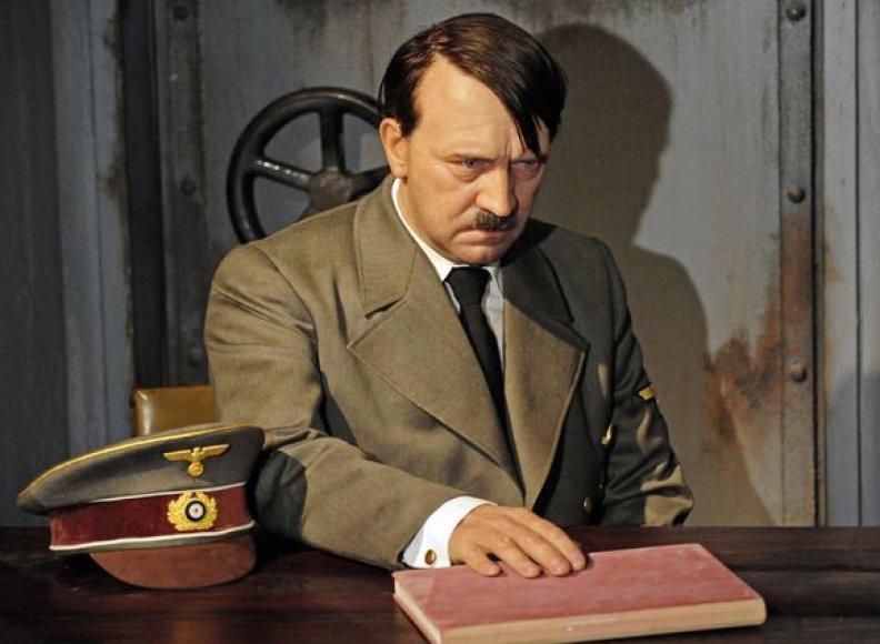 Vaškinė A.Hitlerio figūra neteko galvos.