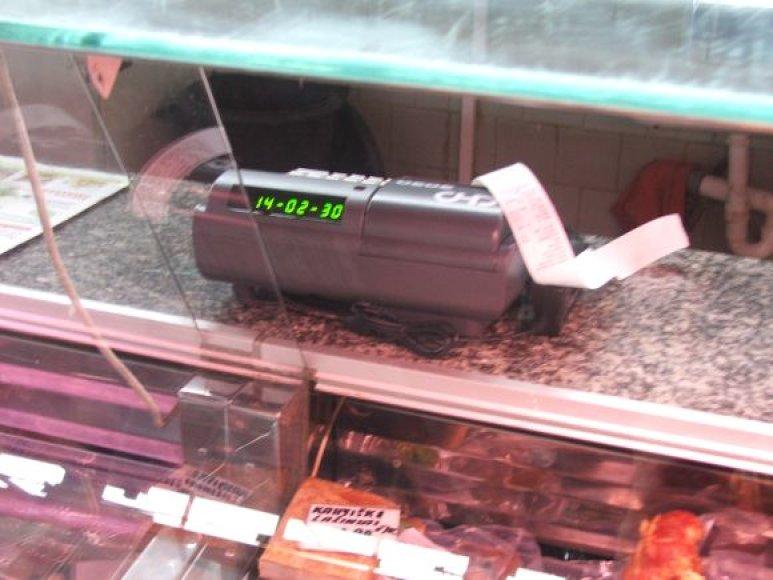 Turgaus prekeiviai ir lankytojai sunkiai pratinasi prie kasos aparatų.