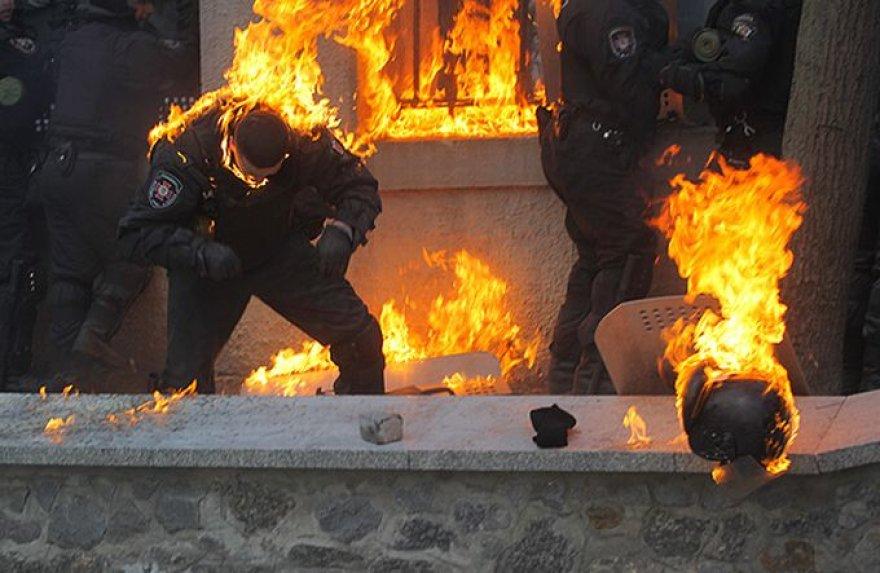 Degantys Ukrainos pareigūnai.