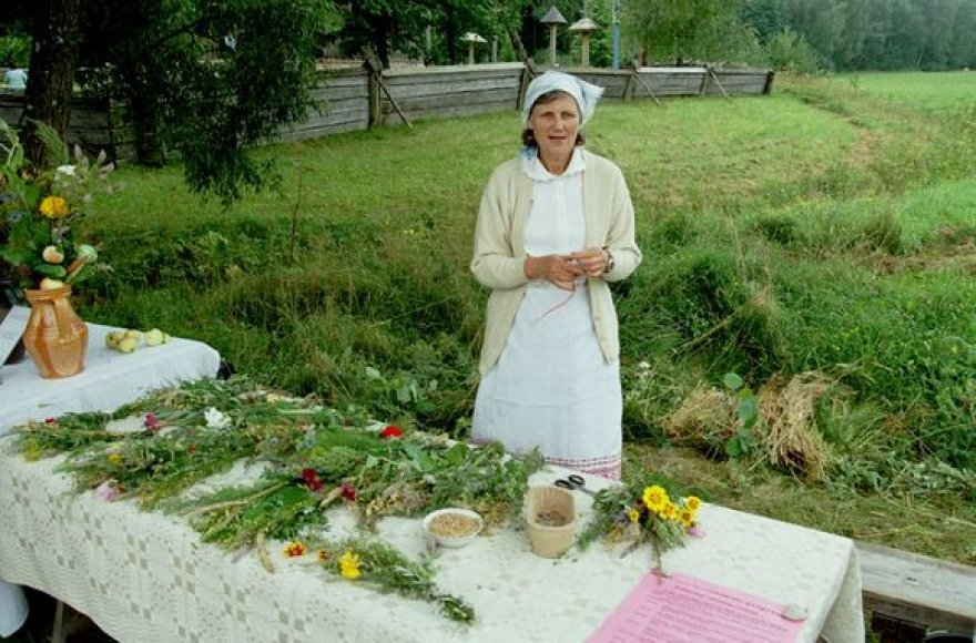 Įvairiose šalies vietose lauks tradiciniai Žolinių atlaidai bei šventinis šurmulys po jų.   Nuotraukoje - muziejininkė Gražina Žumbakienė.