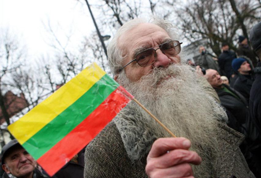 Senukas su vėliava