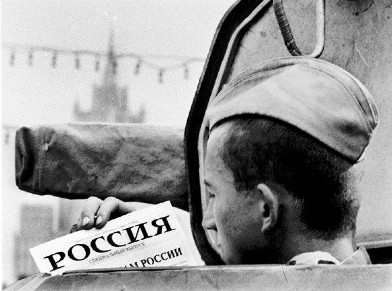 Sovietų sąjungos karys skaito raginimą priešintis perversmui (1991 m. rugpjūčio 20 d.).