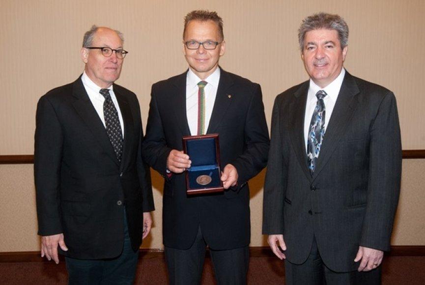 VGTU mokslininkas Gintaris Kaklauskas (viduryje) su apdovanojimų organizatoriais iš Amerikos civilinės inžinerijos sąjungos.