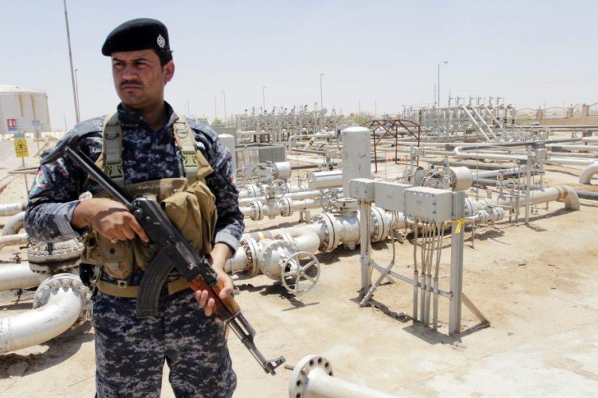 Naftos policijos pareigūnas saugo Zubairo telkinį Basroje