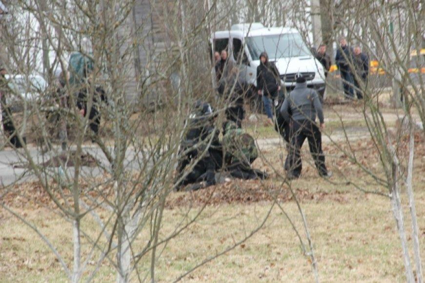 """""""Aro"""" pareigūnai parbloškė su granata į lauką išbėgusį vyriškį."""