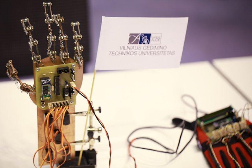VGTU studentų sukurta robotinė ranka
