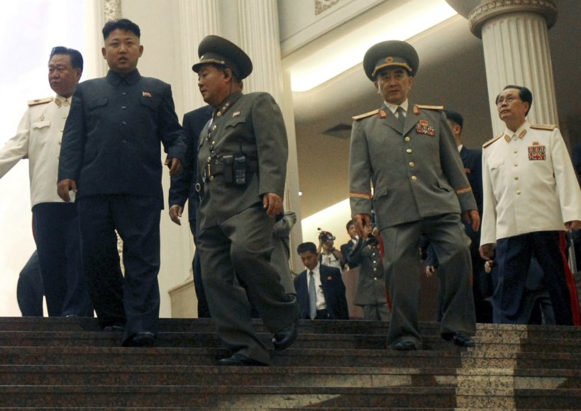 """Scanpix""/AP nuotr./Kim Jong Unas su generolais"