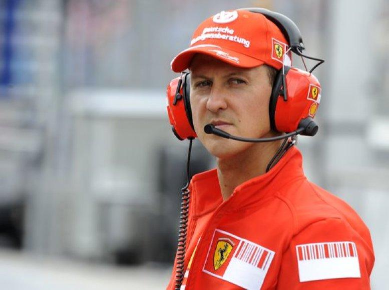 M.Schumacheris per plauką išvengė vežimėliko žmonėms su negalia.