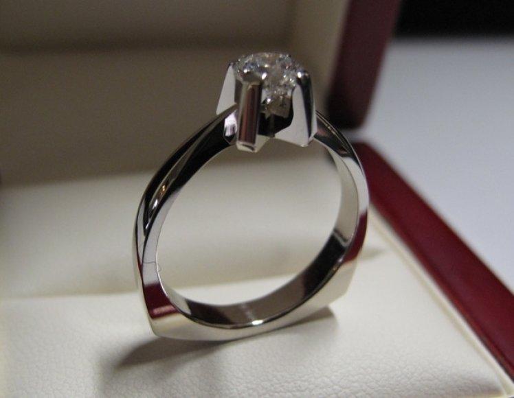 Balto aukso žiedas su deimantuku