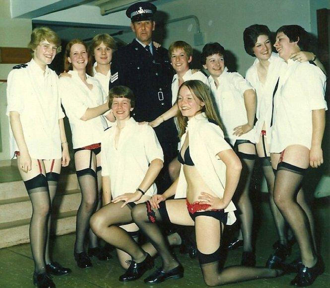 """Britų policijos """"Facebook"""" grupėje – nacių uniformomis ar tik apatiniais vilkinčių pareigūnų nuotraukos"""