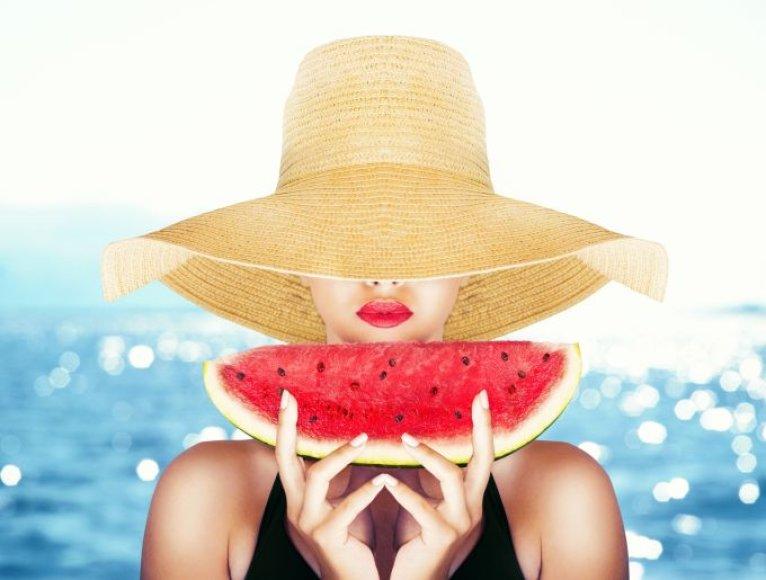 Moteris valgo arbūzą