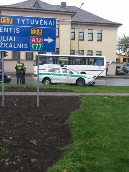 Kelmėje buvo taranuotas policijos automobilis