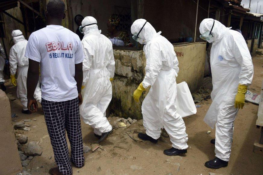 Su Ebolos virusu užsikrėtusiais žmonėmis susiduriantys raudonojo kryžiaus darbuotojai.