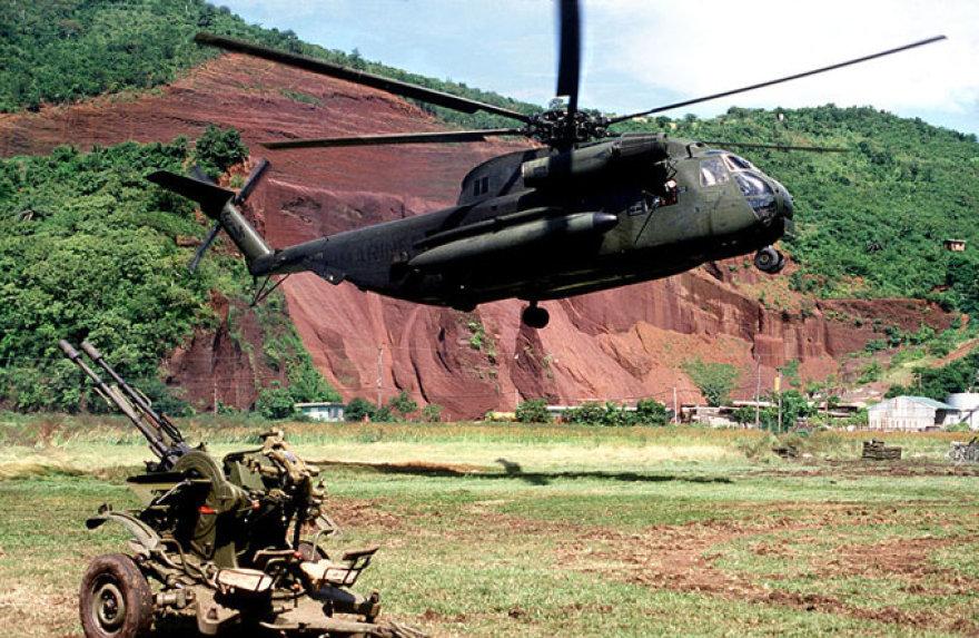 JAV sraigtasparnis greta palikto sovietinio zenitinio pabūklo