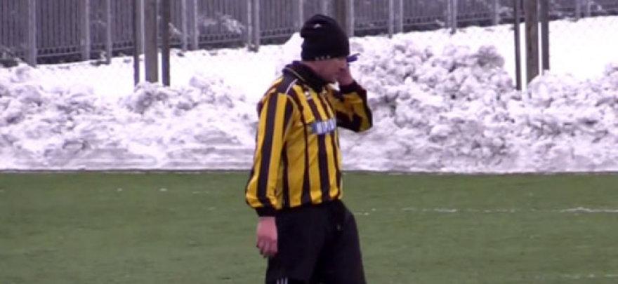 Futbolininkas mačo metu kalbėjosi telefonu