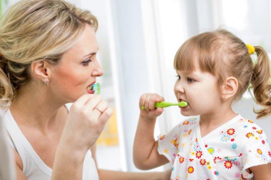 Mama ir dukra valosi dantukus