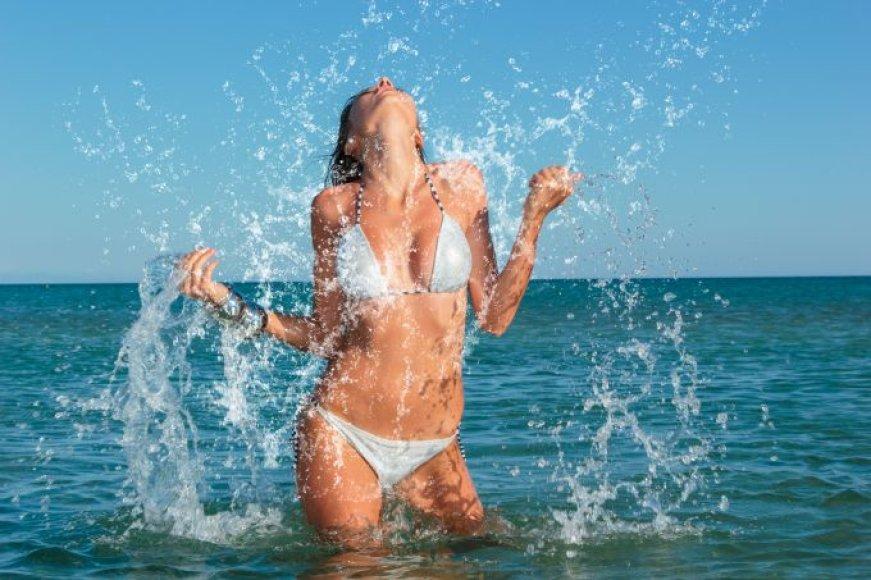 Moteris vandenyje