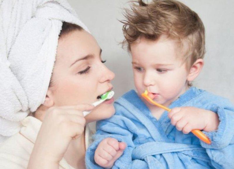 Mama su mažyliu valosi dantukus