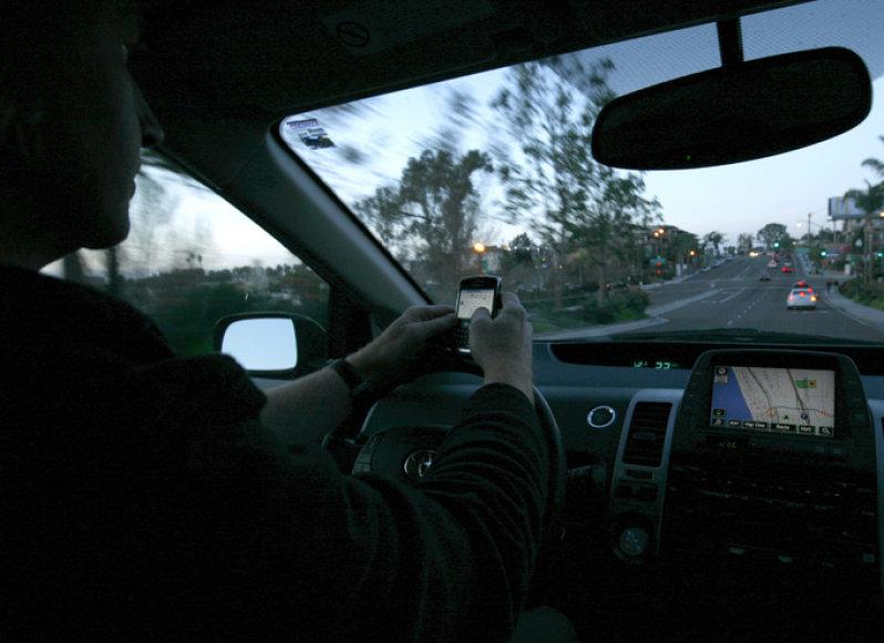 Telefonu besinaudojantis vairuotojas
