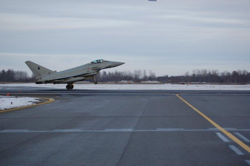 """Į Šiaulius atskrido du Italijos karinių oro pajėgų naikintuvai """"Eurofighter Typhoon"""" ir degalų papildymo lėktuvas """"Boeing KC-767A"""""""