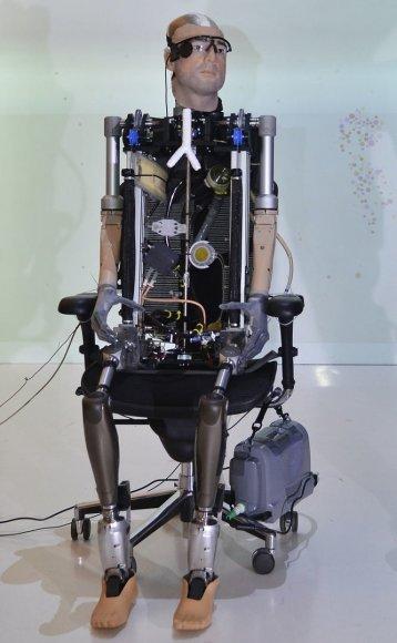 """""""Bioninis žmogus"""" turi daugybę į vieną sistemą sujungtų dirbtinių organų: širdį su kraujotakos sistema, plaučius, inkstą, trachėją, akis, ausis, rankas, kojas ir kt."""